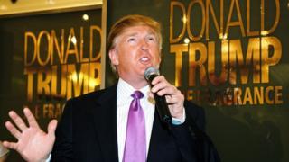 Дональд Трамп во время рекламной кампании своего одеколона