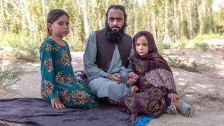 Qari Sayed Muhammed junto a sus hijas.