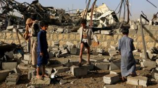 Children collect metal from the site of a destroyed factory following a reported airstrike by Saudi-led coalition in Sanaa, Yemen (20 January 2019)