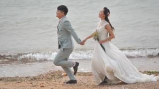 Una pareja china casándose