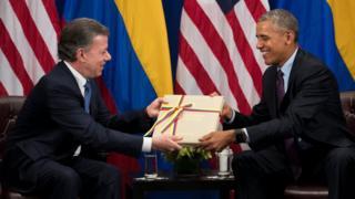 Juan Manuel Santos entrega una copia del acuerdo de paz con las FARC a Barack Obama