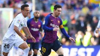 Lionel Messi (iburyo) yatsinze ibitego 36 afasha Barcelone kwegukana igikombe cya shampiyona ya Espanye - izwi nka La Liga - y'uyu mwaka
