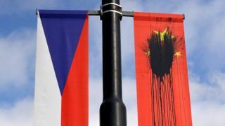 中國國家主席習近平2016年到訪布拉格時,有人把在當地的中國國旗弄污。