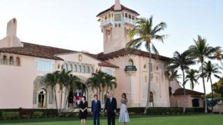 Shugaba Donald Trump da matarsa Melania Trump suna gaisawa da firaministan Japan Shinzo Abe da matarsa Akie Abe a gidan Trump na Mar-a-Lago resort, da ke jihar Florida a ranar 17 April, 2018