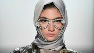 ظهرت عارضة ترتدي حجابا ضمن مجموعة أنيسة حسيبوان في أسبوع نيويورك للموضة عام 2016