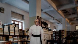 शाळेतल्या ग्रंथालयात फादर फ्रान्सिस यांचं मोठं कट आऊट लावण्यात आलं आहे.