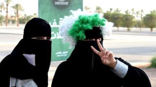 સાઉદી અરબના સ્ટેડિયમ બહાર મહિલાઓની તસવીર