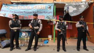 Petugas dengan bersenjata lengkap menjaga salah satu rumah terduga teroris seusai penggerebekan di Gempol, Tangerang, Banten.