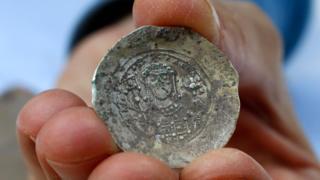 ۲۴ سکه در کوزه برنزی پیدا شده