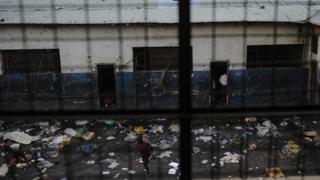 Vue de la cour déserte de la prison Muzenze de Goma en 2012 après une évasion.