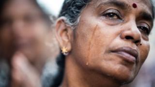 Perempuan Sri Lanka menangis