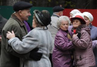 1 Ekim Dünya Yaşlılar Günü'nde Belarus'un başkenti Minsk'te dans eden yaşlılar