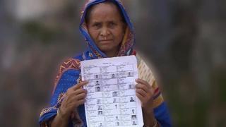 Mulher bengali mostra documentos