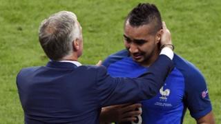 Payet llora de emoción y es consolado por el entrenador Deschamps.