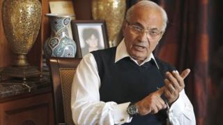 Le dernier premier ministre du président déchu Hosni Mubarak qui vit aux Emirats arabes unis a accusé les autorités de l'empêcher de quitter le territoire.