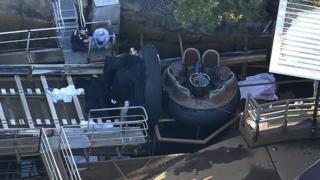 「サウンダー・リバー・ラピッズ・ライド」では丸い形の乗り物で人工の急流を下る