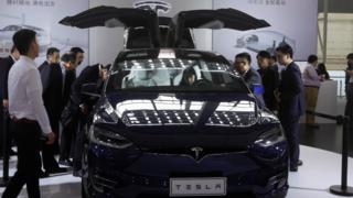 11月18日,中国广州车展,消费者围观特斯拉Model X。
