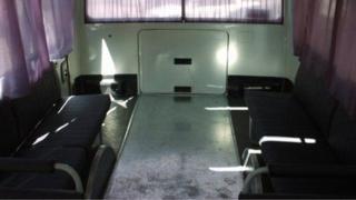 Otobüsün arkasında tabutun girip çıkabilmesi için yapılan kapak, aracın rahatısz edici özelliklerinden biri