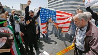 Raia wa Iran wakichoma bendera ya Marekani