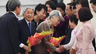 Nhật hoàng Akihito và Hoàng hậu Michiko đã đến sân bay Nội Bài hôm 28/2
