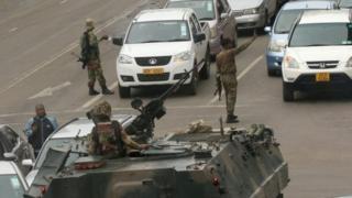 سربازان ارتش در هراره ترافیک را کنترل می کنند