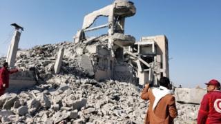 نیروهای صلیب سرخ در محل حمله نیروهای ائتلاف به رهبری عربستان در ذمار