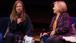 클린턴과 그의 딸, 첼시 클린턴과 함께 쓴 '당찬 여자들의 책'이 출간했다