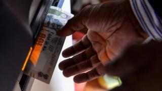 એટીએમમાંથી નીકળતા નાણાની તસવીર