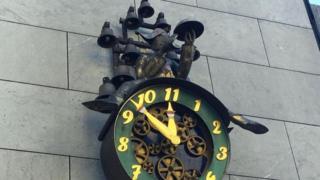 Un reloj con 11 horas