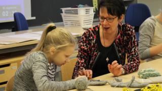 La profesora Riitta Huovila en clase de manualidades en Norssi, la escuela normal de la Universidad de Jyvaskyla.
