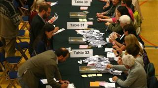 Les bulletins de vote sont vérifiés avant le dépouillement dans la circonscription de Westmorland et Lonsdale au Kendal Leisure Centre le 8 juin 2017 à Kendal, au Royaume-Uni.