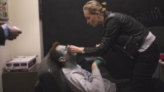 Дружина Навального закапує йому око