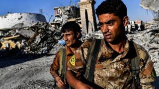સીરિયાના રક્કા શહેરમાં લડવૈયાઓનો ફોટોગ્રાફ