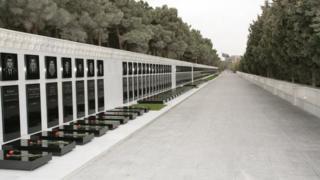 Аллея Шахидов в Баку. Уходящий вдаль ряд могил.
