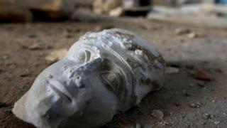 Cabeça de estátua abandonada na Síria
