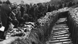 Beddi torfol // Mass graves