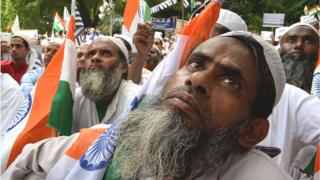 భారత జాతీయ జెండాతో ముస్లింలు