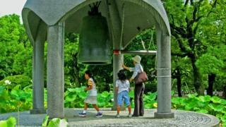 Любой из посетителей Мемориального парка мира может ударить в Колокол мира