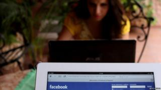 Una mujer en su laptop