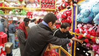 People for Iran bin dey cho for Valentine gift before authorities begin plan to forbid di celebration.