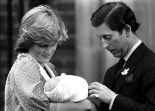 Diana segura William bebê ao lado de Charles