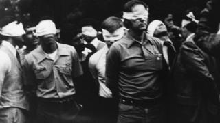Ирандагы АКШ элчилигин басып алуу өлкөнү дипломатиялык кризиске кептеп, азырга чейин уланууда