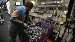 Pekerja pabrik mobil