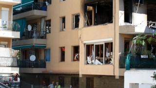 Patlama yaşanan binadaki daire yıkılmış halde görülüyor.