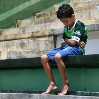 Un niño sufre en silencio la muerte de sus ídolos del Chapecoense.