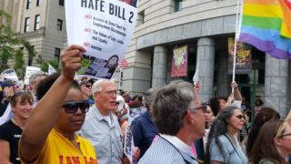 「反LGBT法」に抗議する人々(25日、ノースカロライナ州ローリーで)
