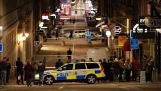 За даними шведської газети Aftonbladet, з торгового центру вибігали сотні людей.