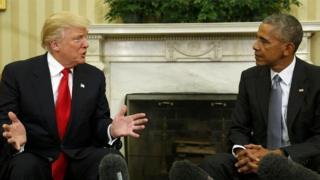 Trump habla con Obama en el Salón Oval.