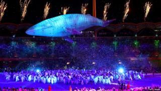 व्हेल मासा मिगालीची एक मोठी प्रतिमासुद्धा दाखवली गेली.