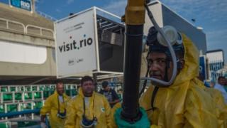 リオデジャネイロの競技場で殺虫剤を散布する関係者(先月25日)